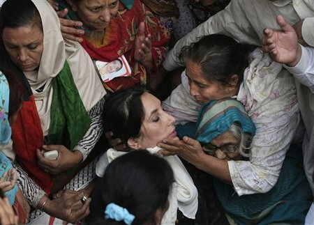 women_surround_benazir_bhutto_during_a_stop